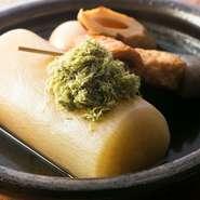 和風だしでじっくりと煮込まれ、中まで柔らかく、しっかりと味が染みたおでんの大根。ビックリするほどの大きめサイズですので、2~3人でシェアしていただくのがおすすめです。