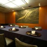 個室は並びで3部屋つくられています。各部屋8~12名様で利用することが出来ますが、一続きにすれば最大26名様まで収容可能。会社の接待、友人同士の会食、家族での利用などにぜひ。
