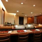 白木のカウンター席が美しい、江戸前寿司の「すし 清水」