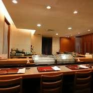 職人が寿司を握るさまを眺めながら、ゆったりとその寿司をいただくという贅沢な時間。職人との会話を楽しんだり、ネタケースから好きなネタを選んだりすることもできます。