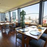ダイニングフロアには、窓際の開放的な席と木の温もりを感じられる席がつくられています。それぞれの席で、懐石料理、寿司、鉄板焼、天婦羅などを自由に楽しむことができます。