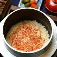 山形県黒沢ファームより直送された、甘み、粘り、ツヤが際立つお米。羽釜を使いふっくらと炊き上げることによって、もっちりとしたお米のひと粒ひと粒を味わうことができます。