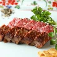 こだわりの「米沢牛」。肉の旨味をダイレクトに味わいたいなら『ステーキ』がおすすめ。ランチでは、平日数量限定メニューとなりますが『すき焼き重』でもいただけます。