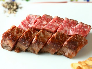 鉄板上で美味しい料理に仕上げる「鉄板焼」