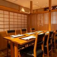 店内には完全個室2室、半個室2室が完備されています。完全個室は12名まで収容可。2つの個室を繋げると24名までの宴会に対応できます。家族や友人との食事から、顔合わせ、法事など幅広いシーンに利用可能です。