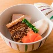 旬の食材を丁寧に炊き上げる和食の定番料理です。味付けは素材によって変化。素材を見極め、肥後の赤酒や沖縄の黒糖をはじめ、全国から集めた調味料で味付けされ、素材本来の味わいが引き立てられています。