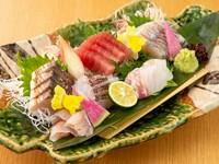 日本全国の港から集まった新鮮な魚介の『造り』