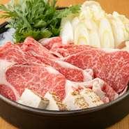 A5ランク米沢牛、A3ランク山形牛を堪能できる逸品。サシがしっかり入って柔らかな肉は、口の中でとろけるような食感です。自家製の割り下で甘辛く煮こんだ肉や野菜を奥久慈卵に絡めれば、一層濃厚な味わいに。