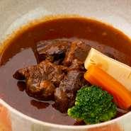 国産黒毛和牛を使用した和風ビーフシチュー。赤味噌や沖縄の黒糖が使用されており、コク深い味わいです。じっくり煮込まれた肉は、箸でほぐれるほど柔らかく、口に入れると思わず笑みが溢れるほどの美味しさ。