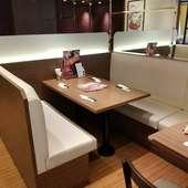ゆったりと寛げる、ベンチシートのテーブル席