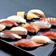 魚の仲卸業者が母体となっているため、毎日選りすぐりの旬魚がずらりと並びます。魚の種類や鮮度だけでなく、産地にこだわり買い付け。今日のおすすめを使った刺身・寿司をじっくりと堪能できます。
