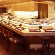 ネタケースを囲むように配置されたカウンターは、粛々と握られる臨場感も味わえる特等席。ずらりと並ぶネタを見られるのもカウンター席の醍醐味です。日本酒を嗜みながらいただく握りは格別。