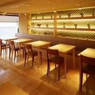 白木と緑を基調とした明るい店内は、温もりある雰囲気に包まれています。肩肘を張らず過ごせる和の空間で味わうのは職人技が光る寿司。子供メニューもあり、家族のだんらんやお祝いの日にもふさわしい寿司屋です。
