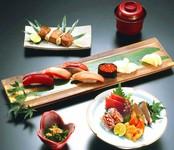 寿司や小鉢、串焼きなどバラエティー豊富な人気のメニュー『潮騒』