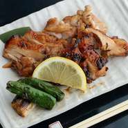 鳥取県産地鶏のもも肉を使った焼鳥。串には刺さず、大きいまま焼いて削ぎ切りにするスタイルです。ふっくらと柔らかく、あっさりとしたタレが鶏肉の旨さを引き立ててくれます。