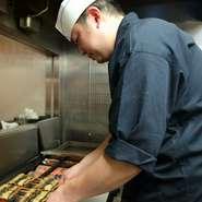「鰻を食べるお客様の笑顔を思い浮かべながら、愛情込めて焼いています」とにこやかに語る料理長の永島氏。長年の経験で培った職人技を駆使し、美味しい鰻料理でもてなしてくれます。