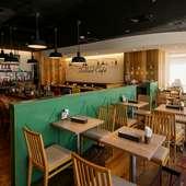 広々としたカフェ店内では、ベビーカーでの利用も可能