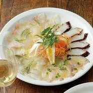 毎日、直送される旬の魚から、特におすすめの鮮魚4種をピックアップ。新鮮な海の幸は、白ワインをはじめとするお酒とともにいただくのがおすすめです・