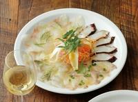 毎日、直送される新鮮な魚から旬のものを盛り合わせでご提供いたします。  ピッコロ(小)1~2名さま:1580円 グランデ(大)3~5名さま:2020円
