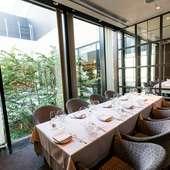洗練された上品な空間で、エレガントにフランス料理を味わえる