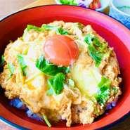 内容 ◆親子丼、グリーンサラダ、副菜2種、お漬物、味噌汁
