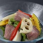 季節野菜とローストビーフのサラダ