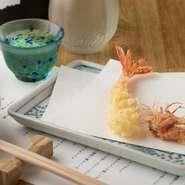 天ぷらに適したサイズの国産の車海老を使用。厨房の水槽で泳ぐ活け車海老を、注文が入っってから取り出して調理してくれるので、鮮度抜群です。食感は柔らかく、ほどよい甘みに思わず笑みがこぼれます。