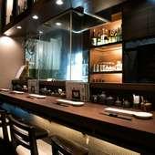 オープンキッチンの活気を感じながら、美酒佳肴に酔いしれる