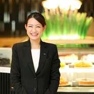 ホテルのロビーラウンジのようなカフェ。笑顔が素敵な【LOBBY CAFE FASCINO】の看板マネージャーが、ホテルで培ったホスピタリティで快適な空間を生み出しています。