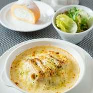 ミニサラダ  柔らかく煮込んだ鶏のクリームドリア  月替わりデザート  食後のカフェ