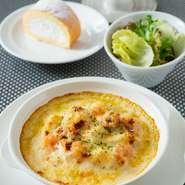 ミニサラダ  海の幸のこだわりベシャメルドリア  月替わりデザート  食後のカフェ