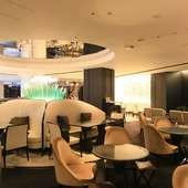 ラグジュアリーなソファー席とオープンカフェのようなテーブル席