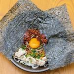 【わん】と【浅草そば助】のコラボメニュー。韓国のりを一枚乗せたインパクト大の絶品まぜ蕎麦。【そば助】特製辛味の素が、蕎麦と豚肉を引き立てます! よく混ぜてから召し上がり下さい。