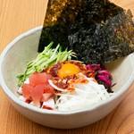 【わん】と【浅草そば助】のコラボメニュー。海鮮・納豆・韓国のりと【そば助】特製辛味の素を混ぜて召し上がりください。