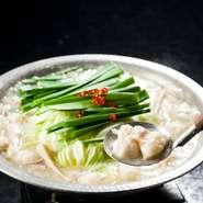 厳選された国産の牛もつを贅沢に使用した、九州生まれの鍋。スープは、王道醤油、濃厚生姜豚骨、うま塩、ピリ辛豚骨の4種類から選べます。おすすめは、本場九州で定番の王道醤油!