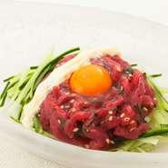 特製塩ダレとうずらの卵黄を絡めれば、口いっぱいに濃厚な旨みが広がります。