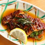 焼き立ての鰻を主役にした『うざく』は、西洋料理の『エスカベッシュ』をイメージ。針生姜をあわせて、鰻の濃厚な味わいを爽やかに仕立てています。鰻自体もたっぷりはいっているので、お酒のアテにもぴったりです。