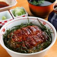 丼一面に鰻がたっぷりと敷き詰められたランチ限定メニューです。特製ダレで仕上げた鰻は皮パリッと、身はふっくらとした上品な味わい。そのままでもおいしいですが、せっかくなのでだし茶漬けに。だし付き+100円