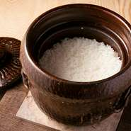 【御料理 宮坂】の世界観をカジュアルに楽しめる【茶寮 宮坂】。全国から厳選した米を毎日自家精米し各地の名水で炊き上げる本店の名物『土鍋ごはん』。本店の感動を六本木でも堪能できます。