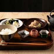 炊き立てのご飯にゴマで和えた鯛の切り身を乗せ、黄金色に輝くだしを注ぐ『鯛茶漬け』。ちりめん山椒・もみ海苔・漬物に食後の御菓子と抹茶も付き、さまざまな角度から日本の食文化を楽しませてくれます。