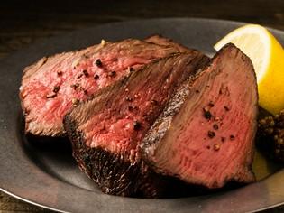 丁寧に調理された料理人のイチオシ『和牛イチボの炭火焼き』