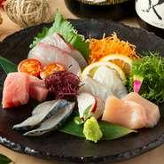 活きのいい、選りすぐりの鮮魚の盛り合わせ。獲れたての旬の味覚を盛り合わせで楽しめる贅沢なメニューとなっております。当店自慢の日本酒、焼酎とも相性抜群♪  ◎五種 1958円(税込)