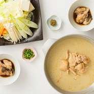 鶏の濃厚な旨味が凝縮!福岡と言えばやっぱり水炊き。※ご注文は2名様分からとなります。 〆は雑炊(280円税抜)がおすすめ!