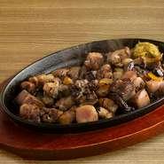 種鶏のコリコリした食感と炭火の香りがたまらない逸品。ゆず胡椒をつけて食べるともうお酒が止まりません!