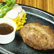 【炭火焼きバール Roti(ロティ)】自慢のハンバーグ。ジューシーなお肉のうまみを存分にご堪能ください。