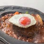 厳選された牛肉と豚肉の合挽きハンバーグ。 特製デミグラスソースとの相性は抜群です。