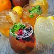 5等級のブランド牛「仙台牛」は一頭買いすることにより、全ての部位を余すことなく提供。もも肉の中でもサシと赤身のバランスが絶妙な「しんたま」を使用したステーキのほか、ハンバーグや肉寿司などで楽しめます。