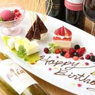 白い壁と白いテーブルが特徴的な、洗練された雰囲気。肩肘張らずに過ごせるカジュアルさがありながらも、壁際にシャンパンを飾るなど程よい高級感を感じさせてくれるのも魅力です。