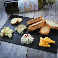 ワインのお供に欠かせないチーズ。ワンプレートに盛り付けられたチーズは 見た目にも華やかで、ワインシーンをさらに上質なものへと演出してくれます。 ・3種 968円 ・5種 1298円