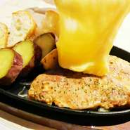 一度で色々な種類の野菜 を食べられる『季節野菜とバケットのラクレットチーズ』は当店の看板料理です。